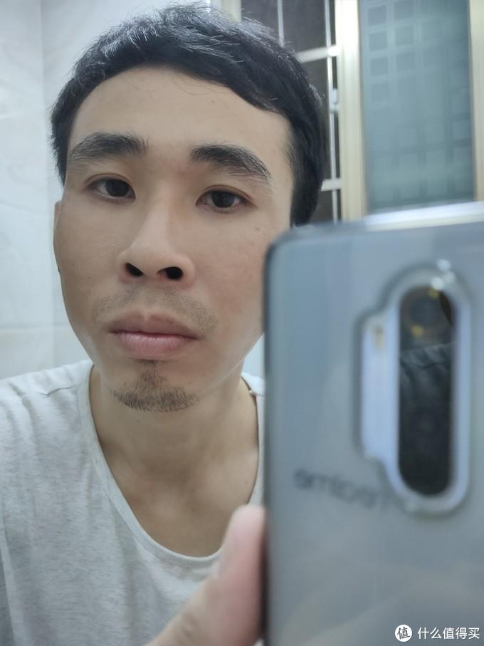 刮之前,眉毛纷乱,胡子长