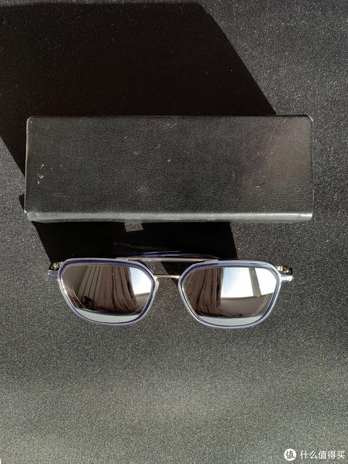眼镜盒已经伤痕累累了