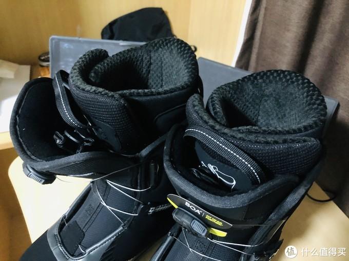 鞋舌在内部鞋套外面