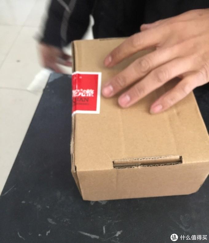 外包装盒有些敷衍,比较随意。