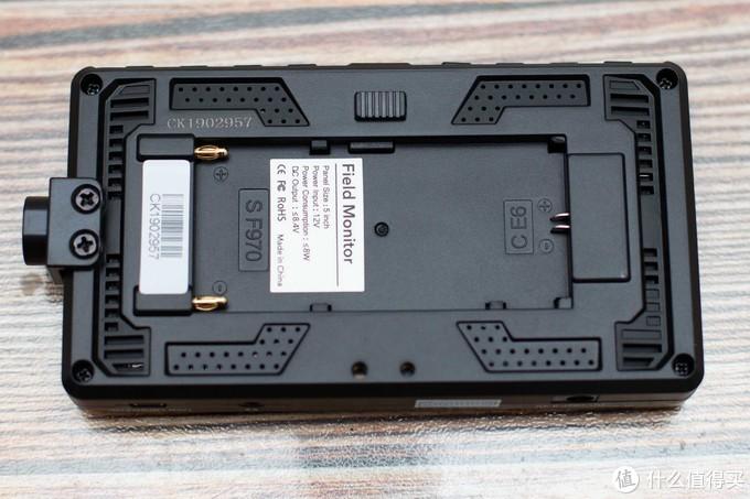 背面,散热孔以及电池安装槽(F970与E6),正下方是2个螺丝孔,可以把左侧的那个1/4安装孔切换到底部的。
