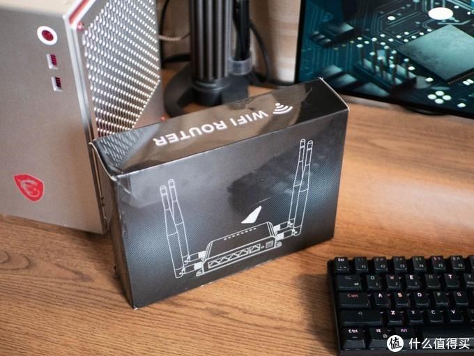 打开盒子以后看到本体,是一个黑色的金属盒子,旁边放着两根天线,以及电源适配器,机身顶部有很多颗指示灯。