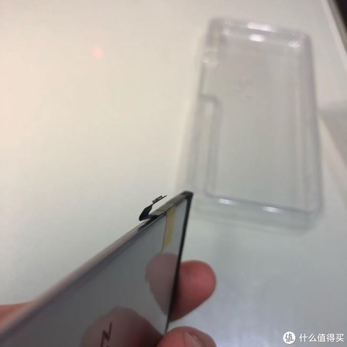 电池排线扣在出厂暂未做预处理,未有更换电池经历的新手要多注意细节。对于我来说,这很容易解决。
