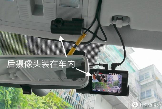 我将凌度Z350的后摄像头装在内饰灯面板上,但车窗外的盲区比较多,所以建议装在挡风玻璃下方或者更低的位置。注意,不是所有后摄像头都适合这么干,最好是图中这种角度调节特别灵活的。