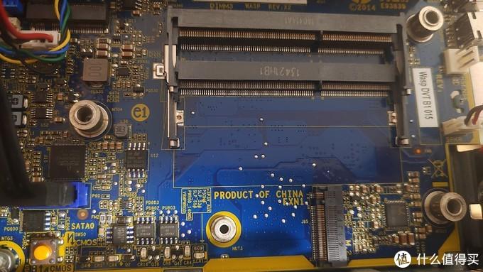 硬盘笼卸下后出现的两根内存插槽,和一个m.2