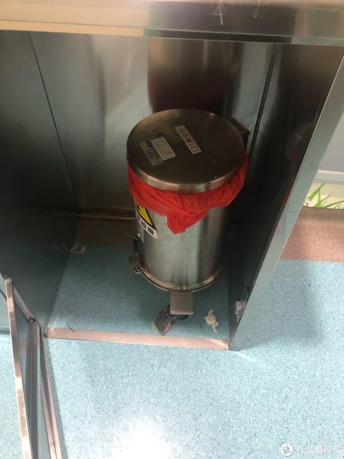 病房垃圾桶都是特制的,加厚铅桶