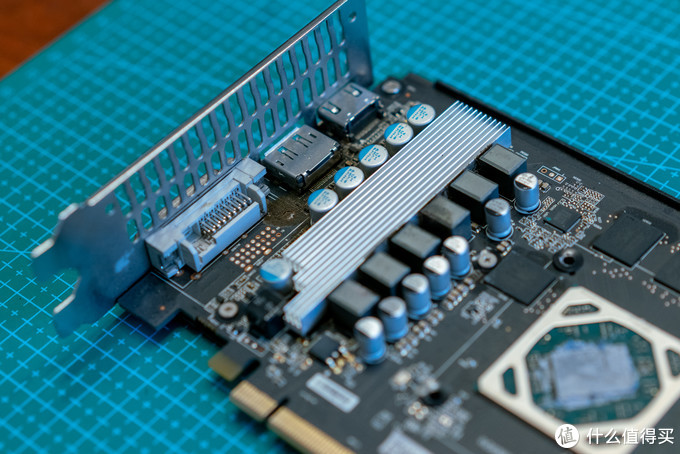 另外一点非常重要的细节就是,供电模块是否有辅助散热。