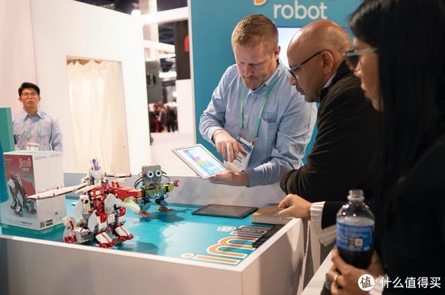 CES现场观众参观Jimu Robot系列