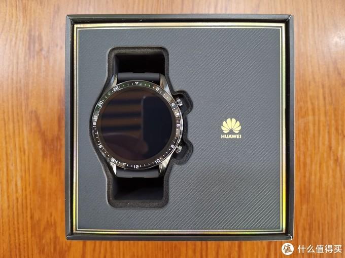 天地宝盒设计,取下上盖,就可以看到手表了,有一个细节处理的很好:上盒盖手表内部对应的位置有一个圆形凹槽,以保护表盘