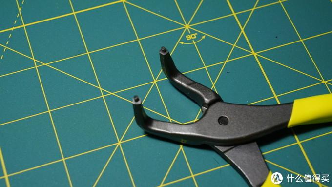 特点就是两末端有两个小圆柱 专门用来卡进卡簧的圆孔里