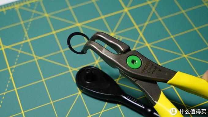 Facom会在连接轴上涂上颜色来区分内外卡簧钳,一这把绿色为例就是内卡簧钳。