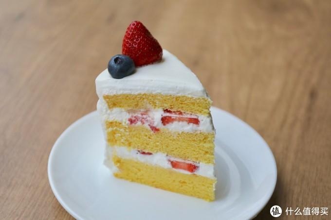 一个朴素的草莓奶油蛋糕,切开也是一样的朴素