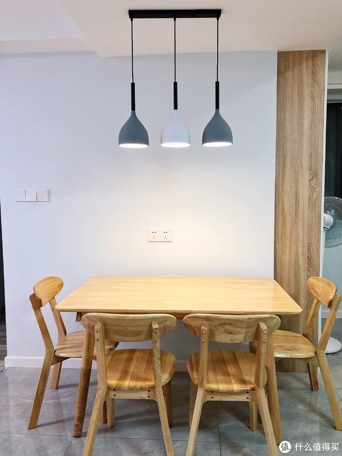 一套橡胶木实木餐桌椅~一共1400好像