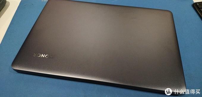 电脑A面金属深灰,美不