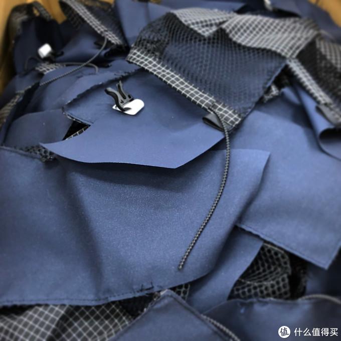 它号称户外界最朋克的机能包袋品牌,每款都需通过硬核暴力测试