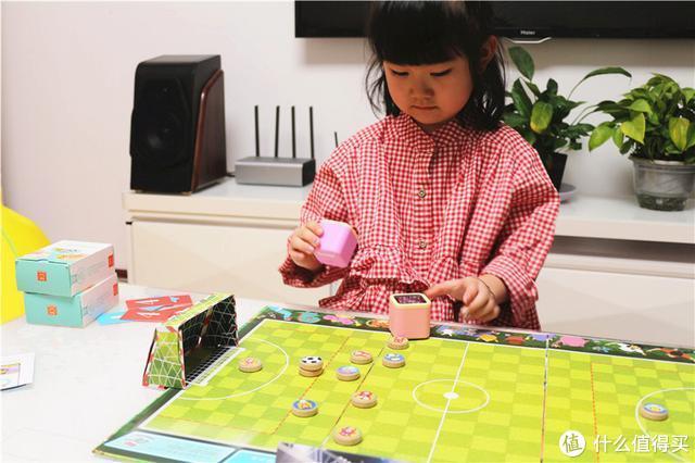 """小米有品哄娃神器!魔粒小木机器人""""摇一摇,碰一碰""""玩智能桌游"""