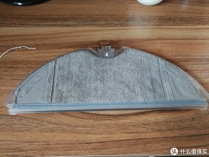 滤芯孔在拖布与水箱之间,撕开拖布魔术贴就能看见。