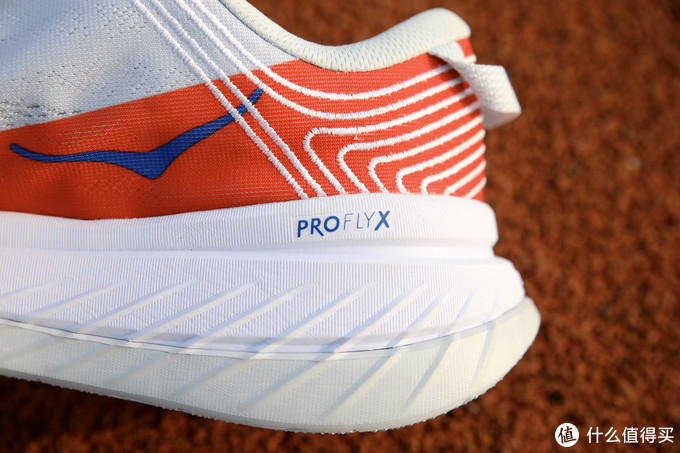 不和其它跑鞋攀比,HOKA Carbon X是我的最爱,没有之一,也不接受反驳的那种!