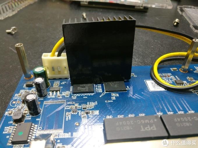 拆原来的散热片,不然没法安装硬盘