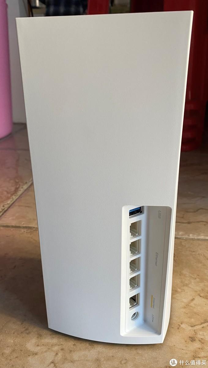 背部1+4个千兆网口,1个USB3.0接口,开关及复位键在底部