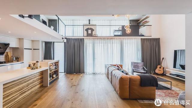 150㎡复式大挑空,单身摄影师的家比别墅还阔气!