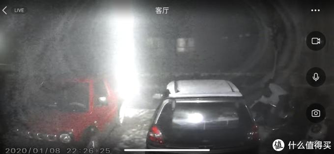 这是夜里,楼上的一束光被记录了下来