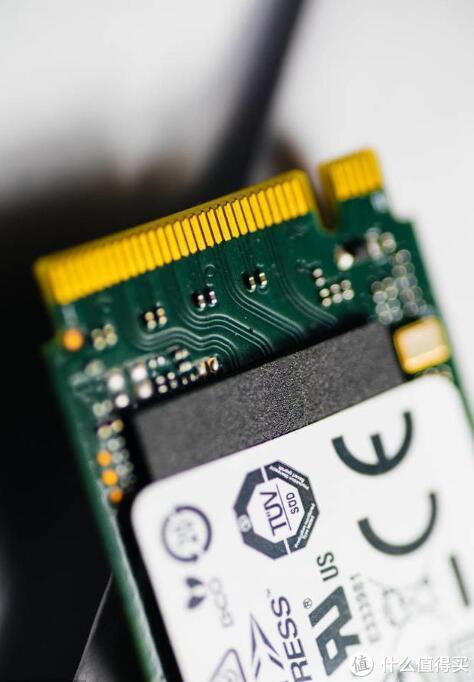 另外,强烈建议大家给nvme安装windows10操作系统,这样才有SSD的最大性能发挥