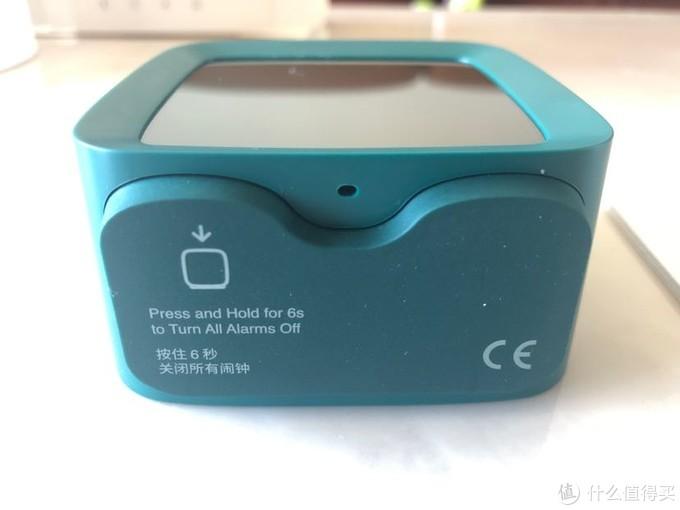 唯一的按压键设计在底部,触发时需要按压整个闹钟。