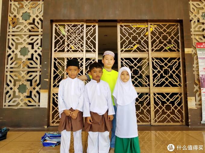 孩子们总是能快速的熟络起来。我们在这参观清真寺,他们在那边自然的追逐打闹起来。