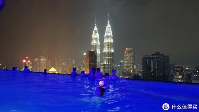 来张泳池的夜景,很漂亮!