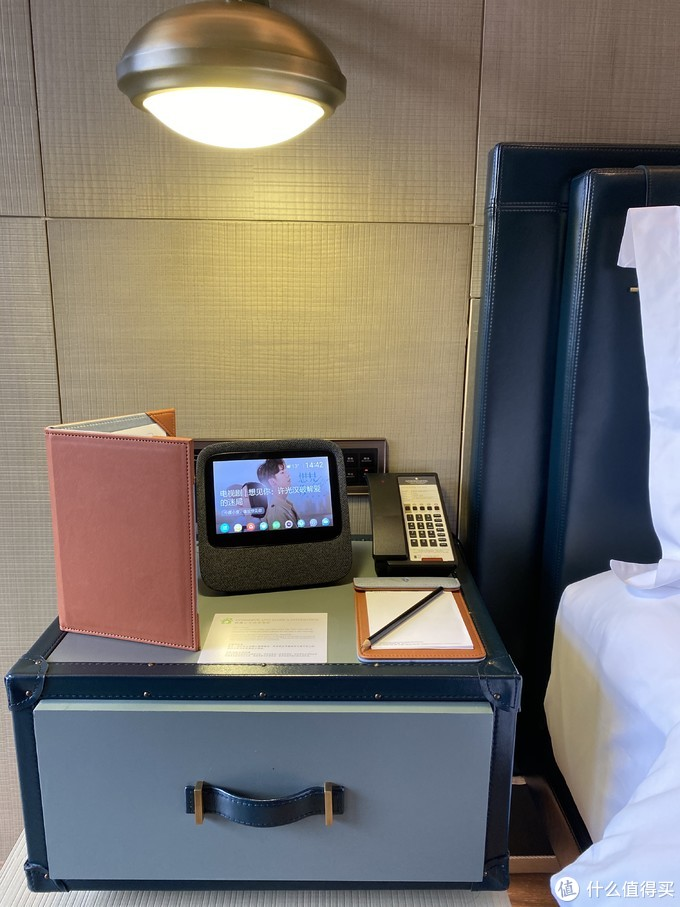 左床头,小度可以控制房间内的灯光、空调、窗帘等,还可以让送水送备品等