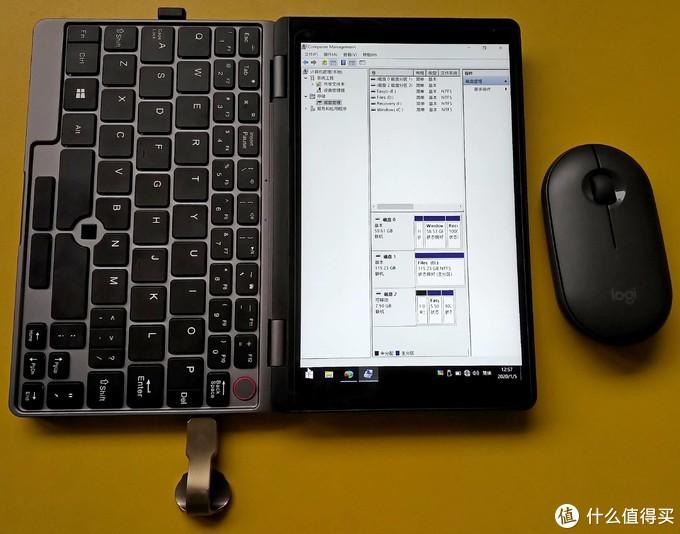 (两个USB口的优势显现了,一个接鼠标一个插启动优盘,单口的话相对尴尬一点。插优盘的口子是2.0的,多了个特殊场景下的选择。这个如意造型的优盘用来展示两个USB口反向的好处,假如插上影响机器平放的话还可以换向。)