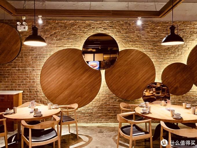 这个区域,在餐厅右边,基本都是大圆桌,桌子和板凳都是原木风