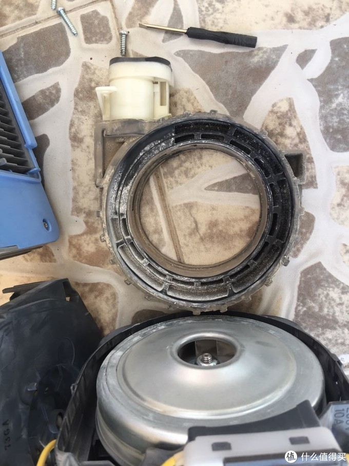 风机的紧固橡胶圈,本体是黑灰色,已经沾满了灰尘