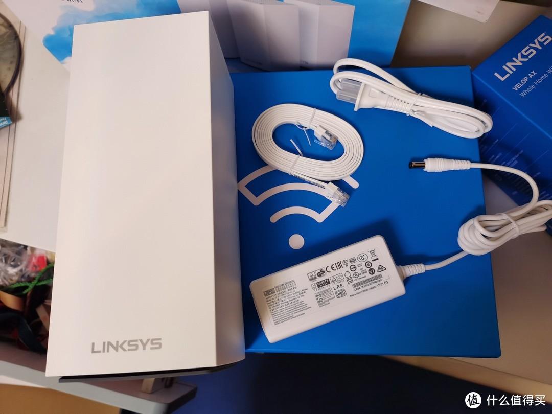 盒内:一个大大的路由器、分体式电源、一条扁平网线,都是白色,很简洁清爽