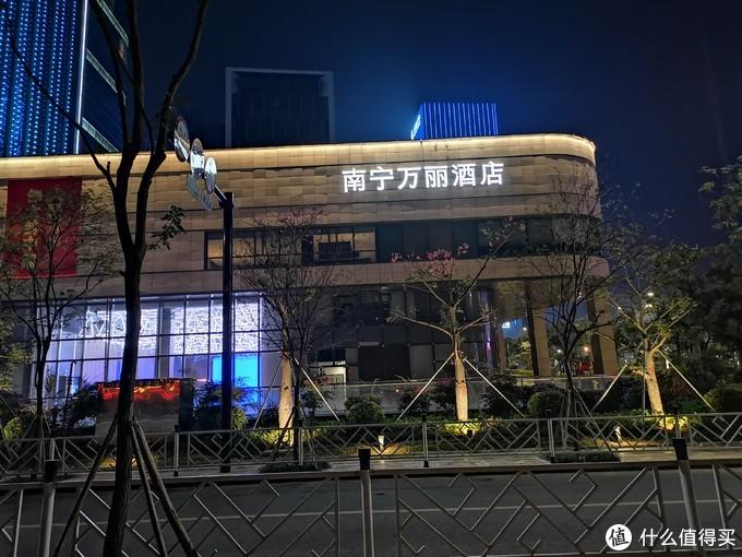 """右边则用中文写着""""南宁万丽酒店"""""""