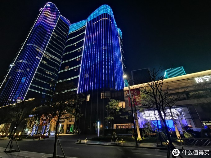 晚上酒店的灯光以蓝色的色调为主