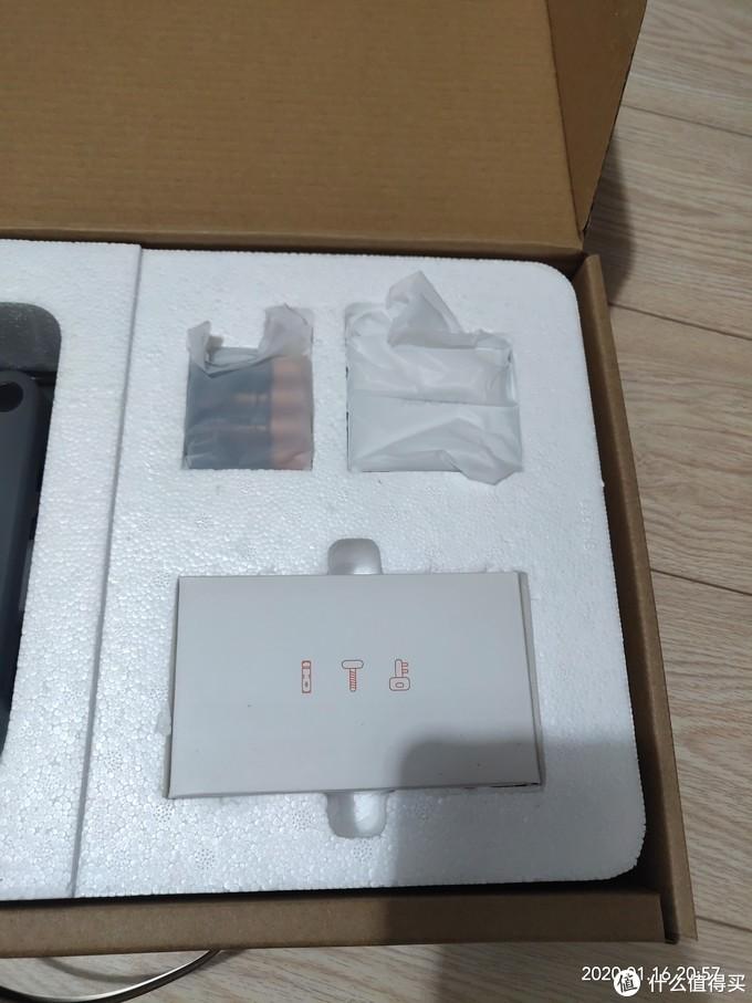 一盒各式各样的螺钉,8节电池,一个网关,其中有两把备用钥匙
