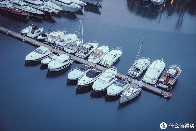 另一边的码头要安静许多
