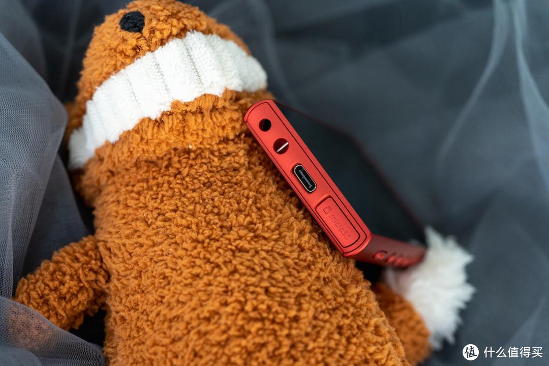 这次最大的好评就是改成了更通用的USB-C接口,出门一个口红充电器搞定,妈妈再也不操心我忘带线了,哈哈哈