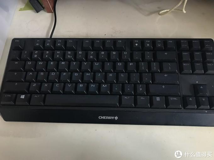 同样因为桌子小,所以目前主力键盘是Cherry的mx1.0,茶轴无背光版本。简单、紧凑、舒服。做工很棒。