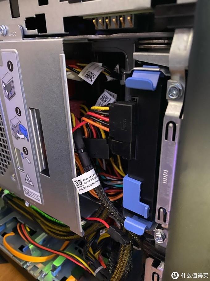 外星人aurora R8设计唯一不满的就是这个占用了光驱位的硬盘笼子,打开电源笼子后会松动。