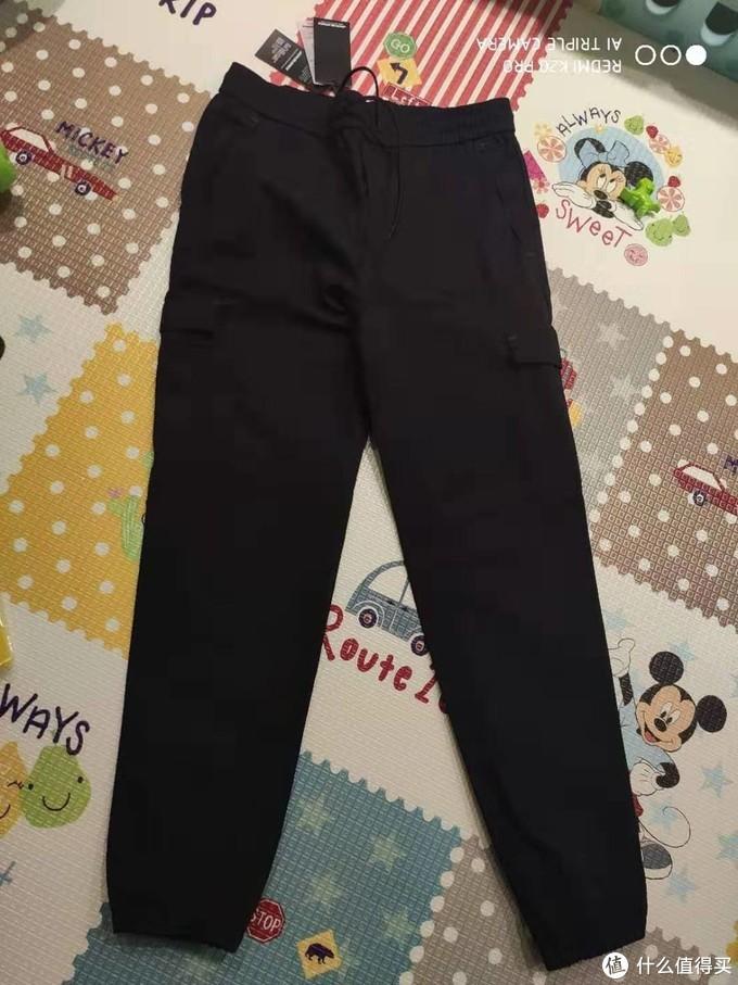 正面传统的工装裤样式,弹力收脚
