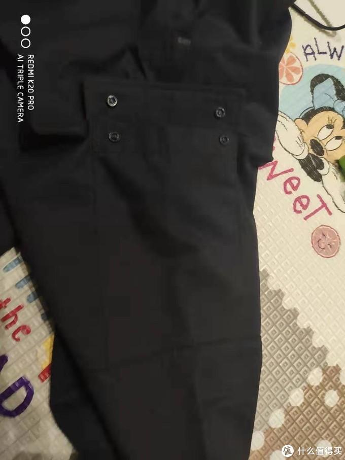 工装口袋来个特写,两个按扣保证口袋严密性