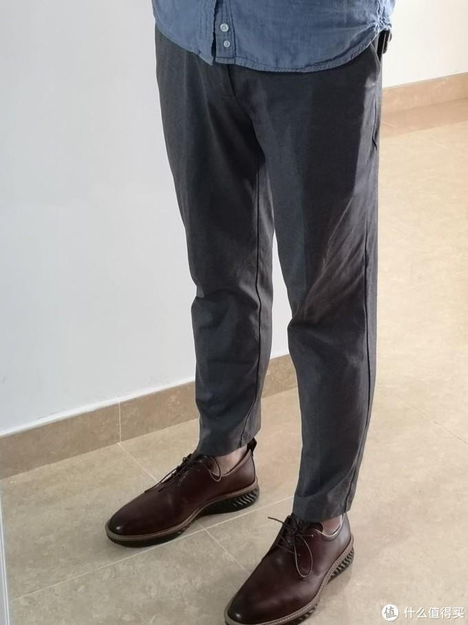 个人认为配合九分裤挺合适,既可以show鞋子,又不会显脚短