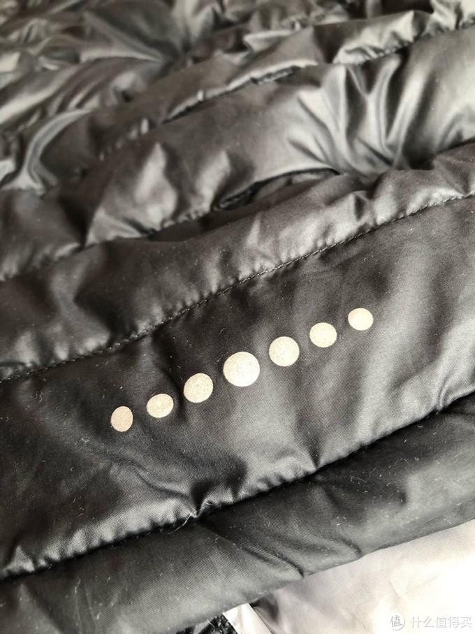 外套的后下部有反光点