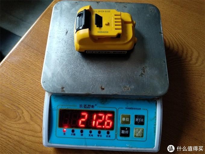 DCD701裸机不含挂钩重量为:862.8克,如果加上挂钩的重量为:887.2克,这与官宣的870克接近,这个可以判断官方公布的重量为不带挂钩状态下的纯裸机重量。