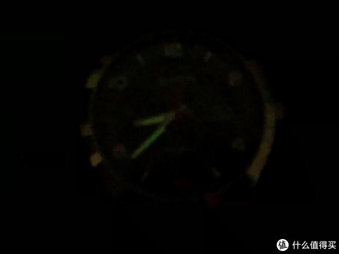 时针分针在黑暗处的夜光效果 手机拍不太清楚