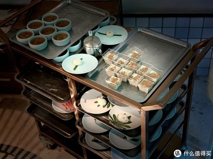 集渔·泰式海鲜火锅(建设店)的甜品和海鲜炒饭和烤肉,就更自助餐一样,随便拿吃到撑。