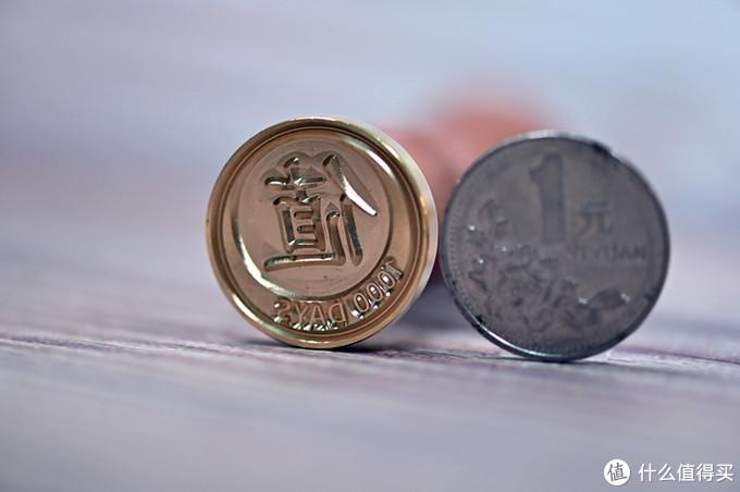 印章与1元硬币大小差多,请忽略有点旧的硬币,它不是主角